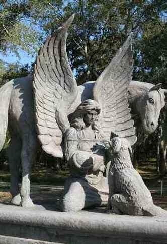 Sculpture représentant une femme aillée accompagnée d'un cheval et d'un chien