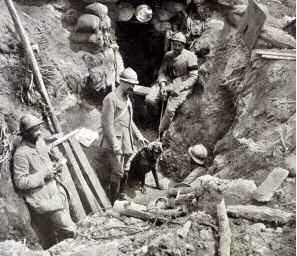 """Poste optique sur le Chemin des Dames : au-dessus de l'entrée de l'abri, appareil de signalisation, dans le groupe, un chien sentinelle - in """"L'Illustration"""" du 16/06/1917"""