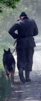 Un soldat et son chien de dos